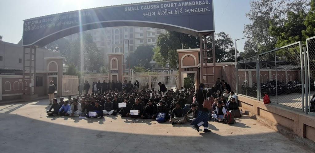 अहमदाबाद की दुखद घटना का विरोध जताते हुए न्यायालय कर्मचारी